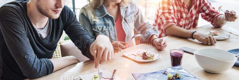 Freindship hak Relaxaing som äter salladmötebegrepp arkivfoton