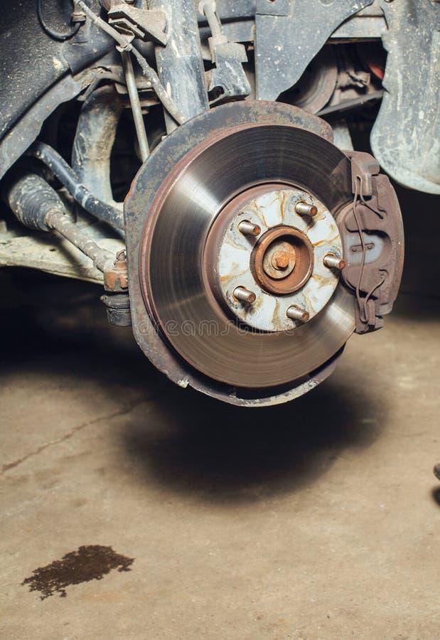 Freinez les disques sur la machine avec les roues enlevées sur les crics image libre de droits
