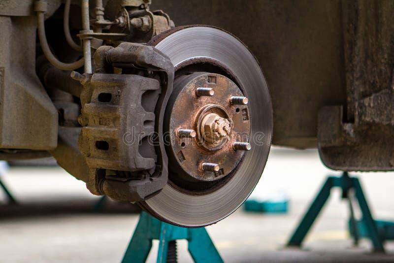 Freinez les disques sur la machine avec les roues enlevées sur les crics remplacements de roue photographie stock