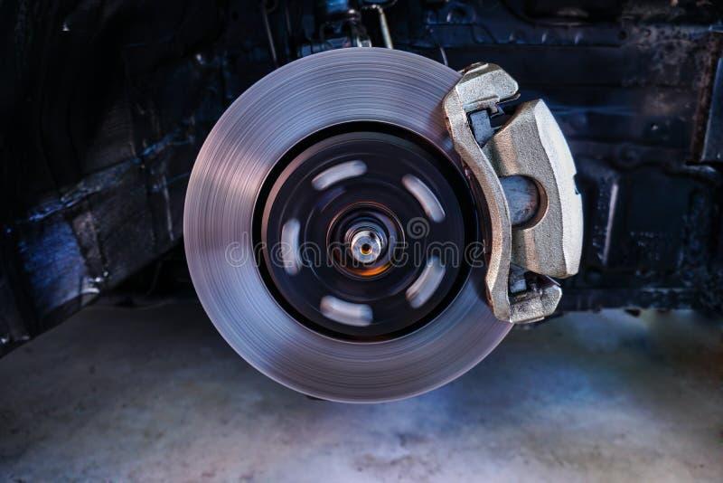 Freins à disque, arrêtant la coupure, la suspension de voiture et la voiture soutenant le concept de pièces - 2 images stock