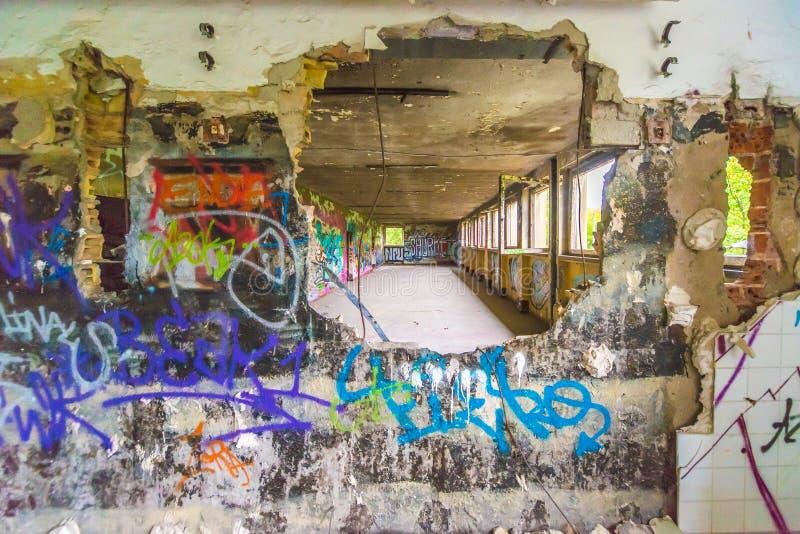 Freio da parede dos grafittis através do furo imagens de stock