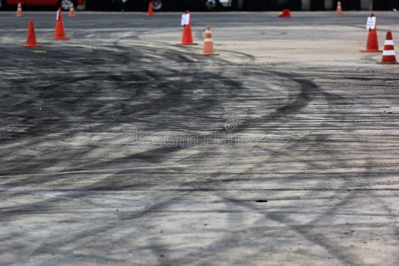 Freios abstratos do carro no fundo do autódromo, estrada asfaltada foto de stock