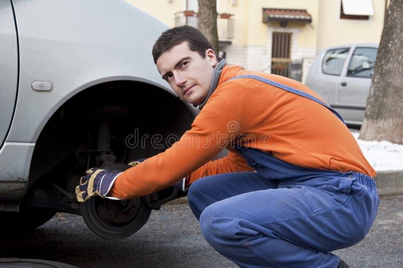 Freios do mecânico e do carro fotos de stock