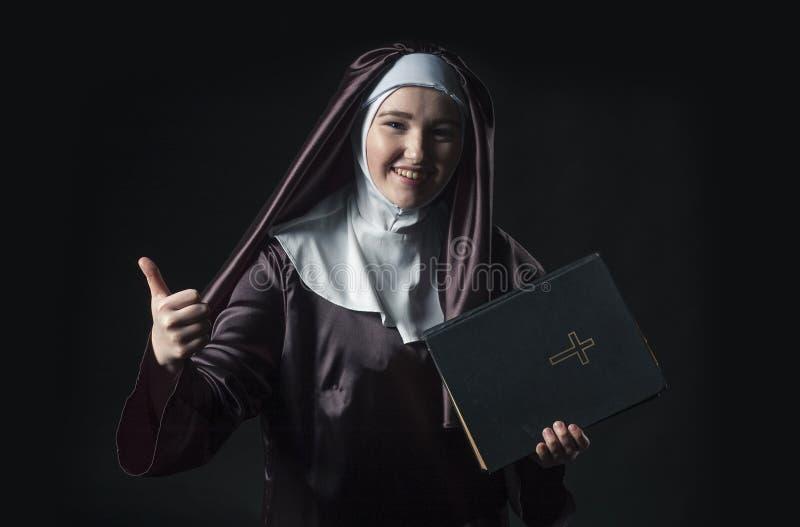 A freira anuncia a Bíblia fotos de stock royalty free