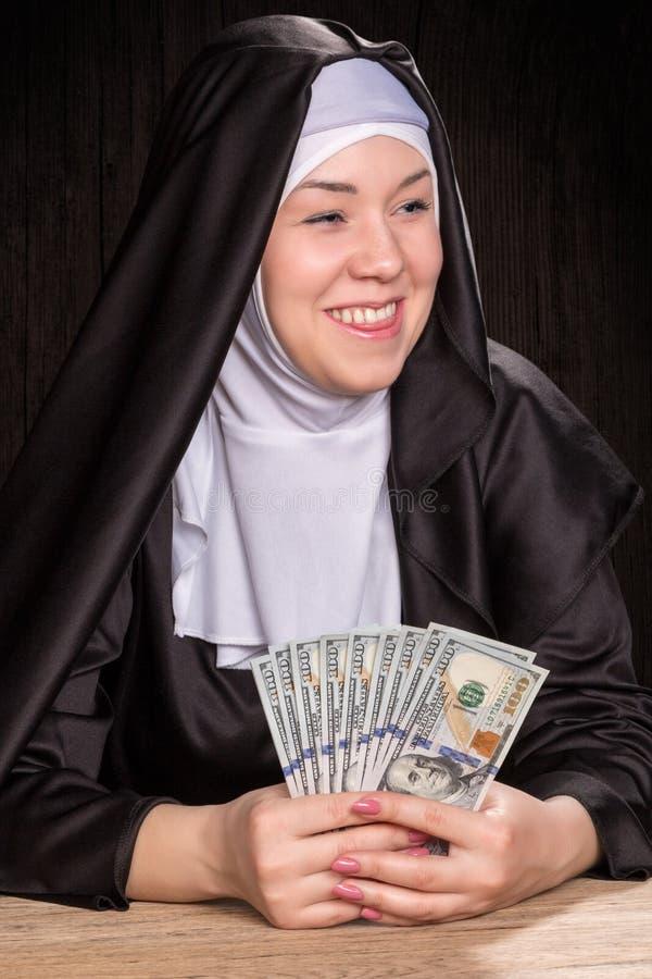 A freira guarda dólares imagens de stock royalty free