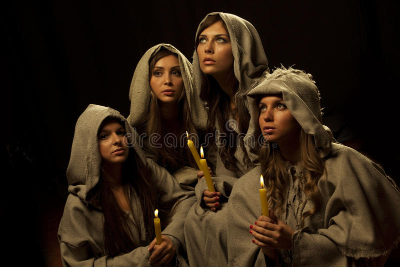Freiras que praing com velas imagens de stock