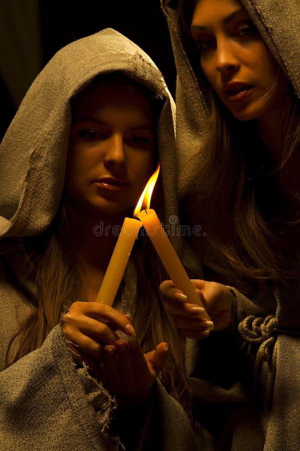 Freiras que praing com velas foto de stock