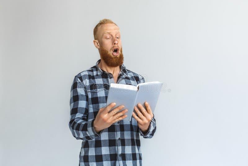 freistil Reife Mannstellung laut lokalisiert auf grauem Ablesenbuch stockfotografie
