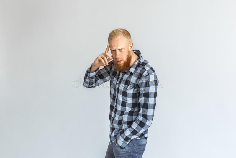 freistil Reife Mannstellung lokalisiert auf dem grauen rührenden Kopf betroffen lizenzfreie stockfotografie