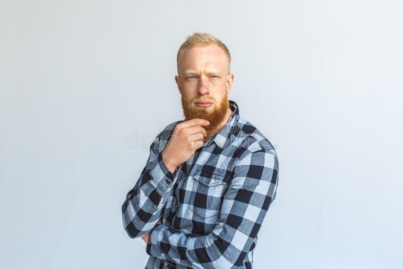freistil Reife Mannstellung lokalisiert auf dem grauen verkratzenden Bartdenken stockbilder