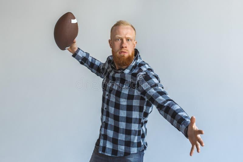 freistil Reife Mannstellung lokalisiert auf dem grauen werfenden Ball motiviert lizenzfreies stockfoto