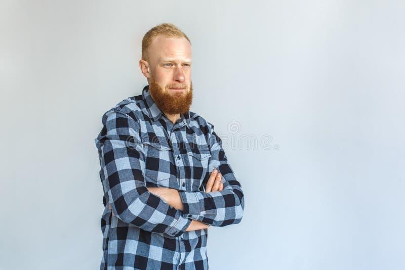freistil Reife Mannstellung lokalisiert auf den grauen gekreuzten Armen nachdenklich lizenzfreie stockfotos