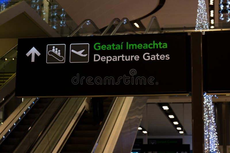 Freitag, den 22. Dezember 2017, Dublin Ireland - Zeichen innerhalb Anschlusses 2 von Dublin Airport lizenzfreie stockfotografie