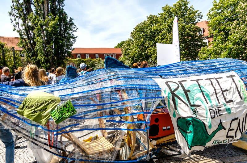 Freitag f?r Zukunftklimawandelprotest durch junge Leute auf Goetheplatz in Weimar, Th?ringen, Deutschland lizenzfreies stockfoto