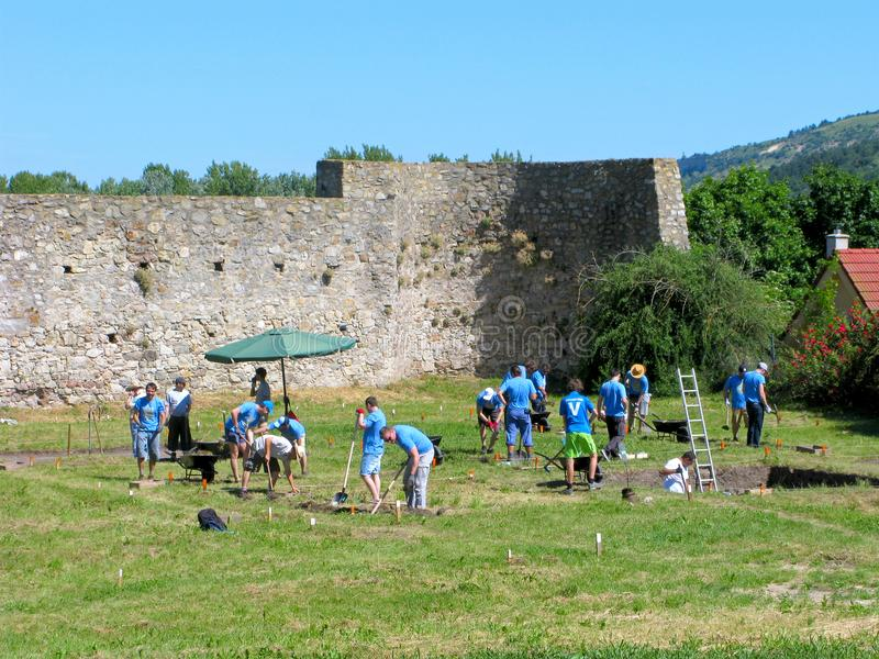 Freiwillige, archäologische Aushöhlungen lizenzfreies stockfoto