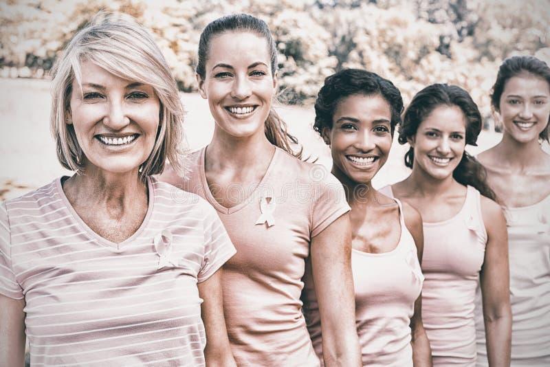Freiwillige, die am Brustkrebsbewusstsein teilnehmen stockfotografie