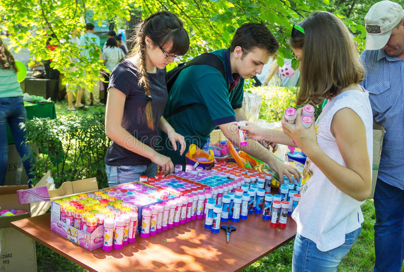 Freiwillige, die Geschenke für Kinder vorbereiten lizenzfreie stockfotografie