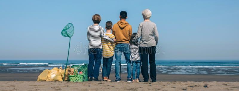Freiwillige, die r?ckw?rts das Meer aufpassen lizenzfreie stockbilder