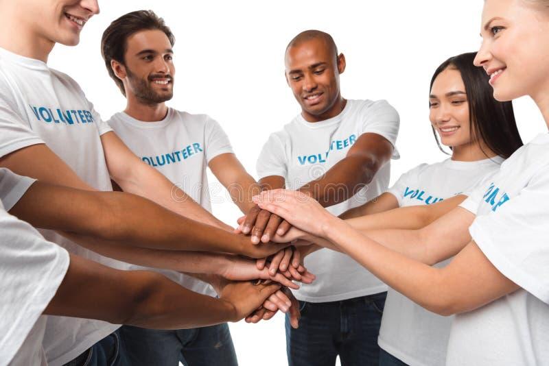 Freiwillige, die Teamgeste machen lizenzfreies stockfoto