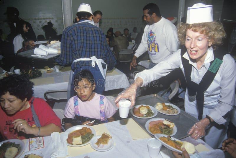 Freiwillige, die Weihnachtsessen für den Obdachlosen, Los Angeles, Kalifornien dienen stockbilder