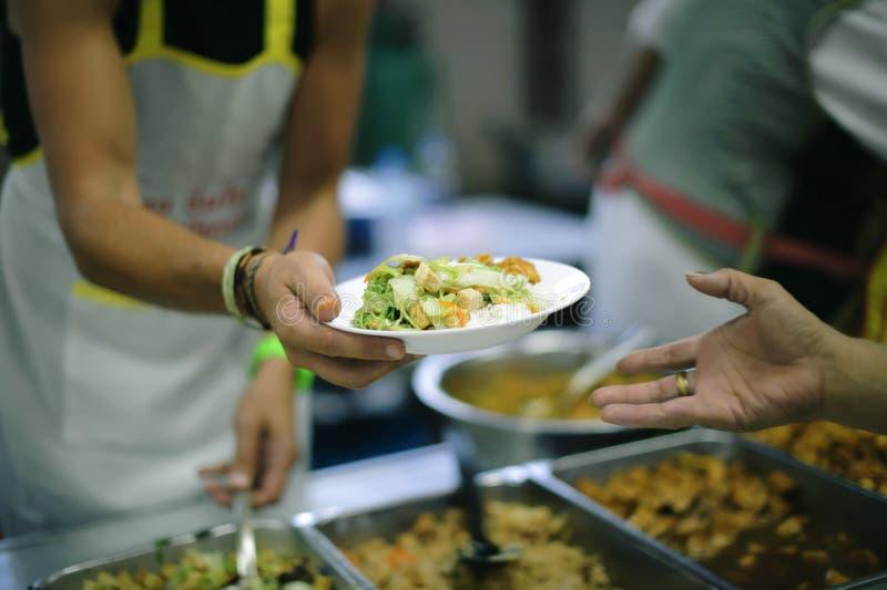 Freiwillige haben den Obdachlosen eingezogen, erreichen sie heraus mit Liebe und Interesse stockfoto