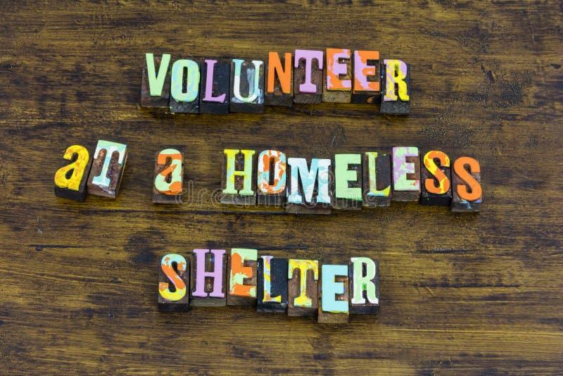 Freiwillige Obdachlosenasylhilfsnächstenliebe, die helfende Liebeszufuhr gibt stockfotos
