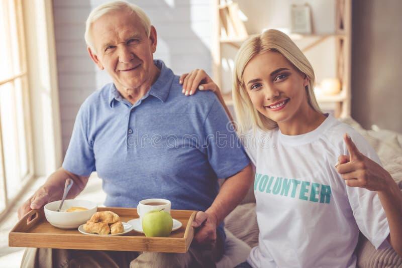 Freiwillige und alte Leute lizenzfreies stockfoto