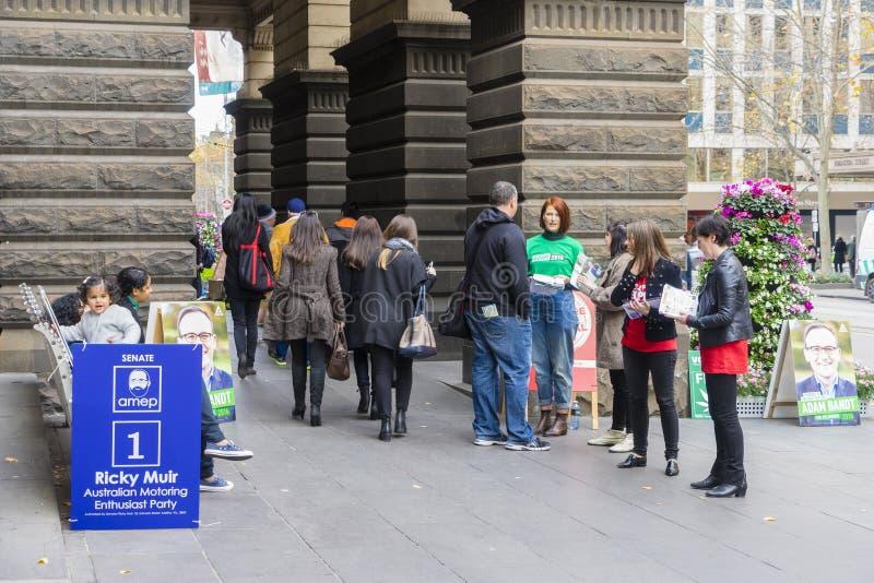 Freiwillige und Wähler an MelbourneRathaus für Bundestagswahl stockfotografie