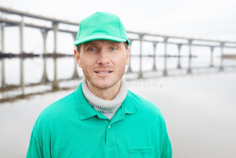 Freiwilliger in der grünen Uniform lizenzfreie stockfotografie