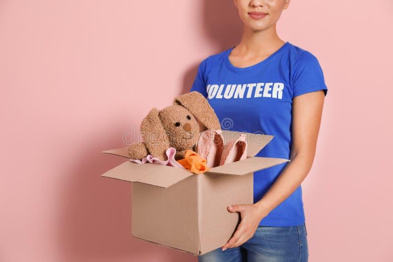 Freiwilliger haltener Kasten der Frau mit Spenden stockbild