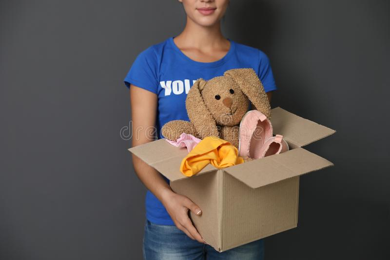 Freiwilliger haltener Kasten der Frau mit Spenden lizenzfreies stockbild