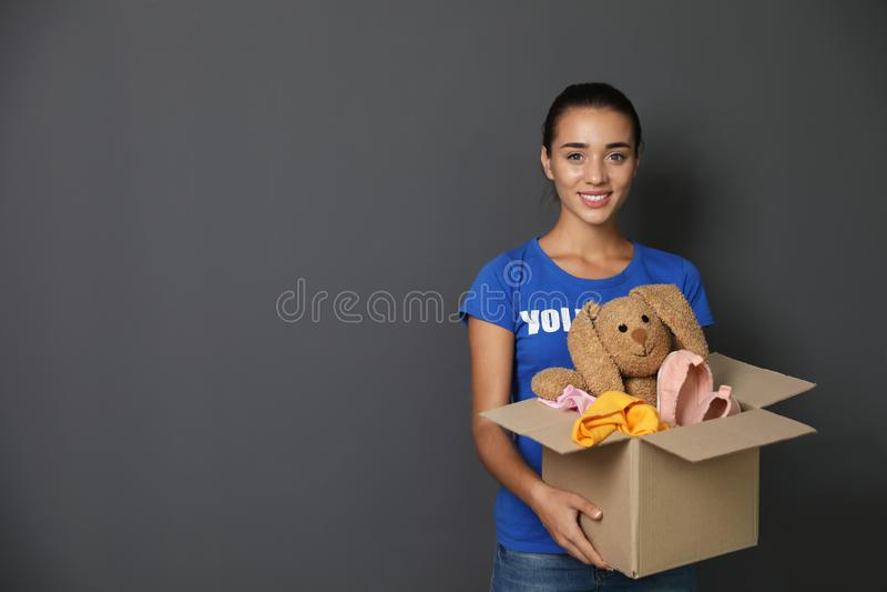 Freiwilliger haltener Kasten der Frau mit Spenden lizenzfreie stockfotos