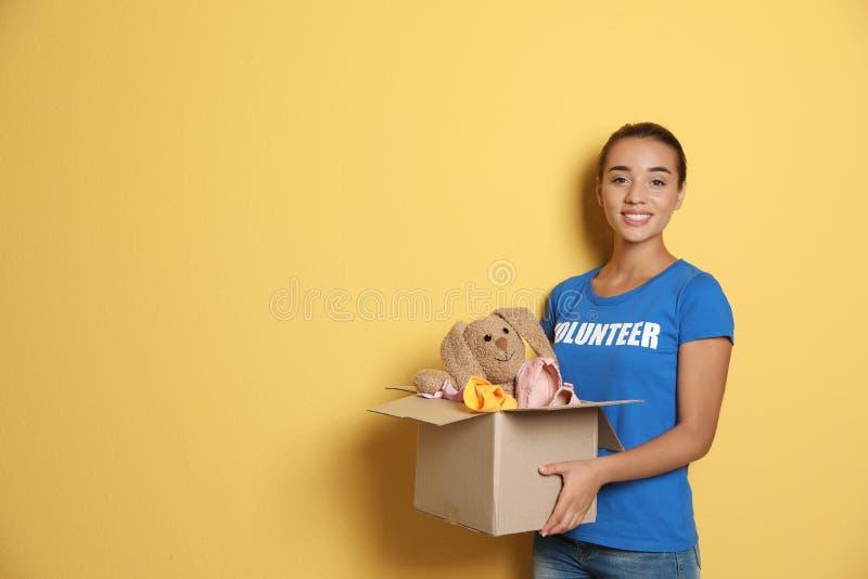 Freiwilliger haltener Kasten der Frau mit Spenden stockfotografie