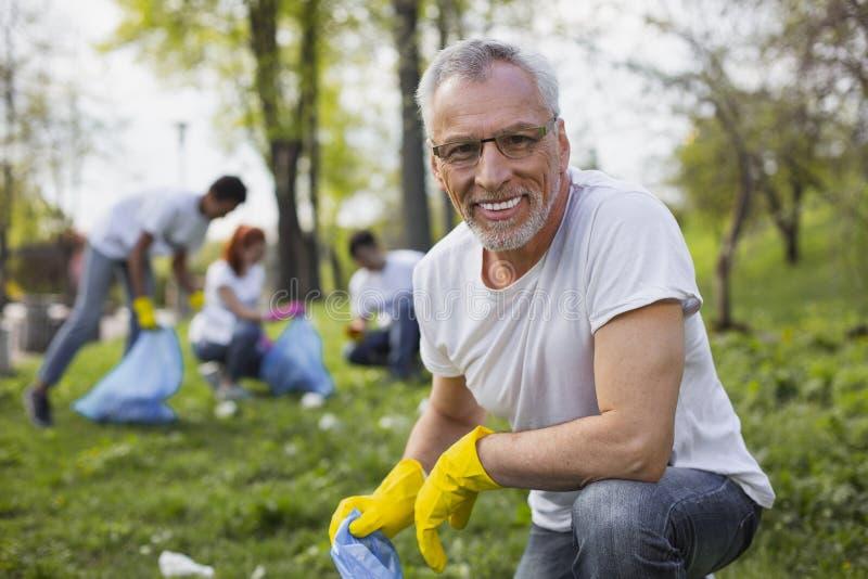 Freiwilliger loswerdener Abfall des angenehmen Seniors stockfotografie