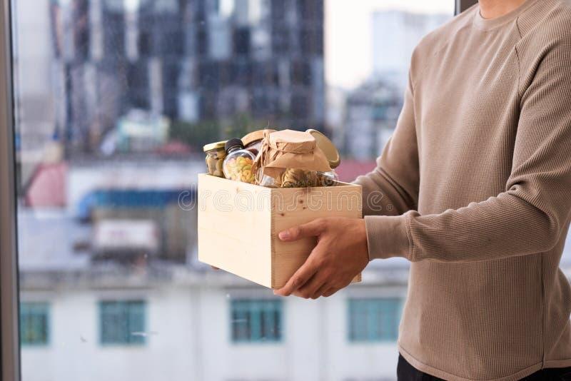 Freiwilliger mit Kasten Lebensmittel für Armen Spendenkonzept stockbilder