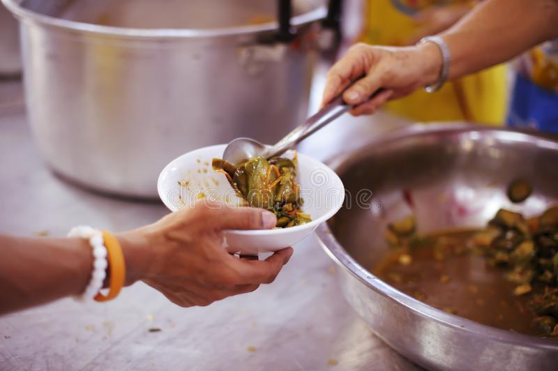 Freiwilliger, zum das hungrige in der Gesellschaft einzuziehen: Das Konzept des Spendens der Nahrung zu den Armen in der Gesellsc stockfotos