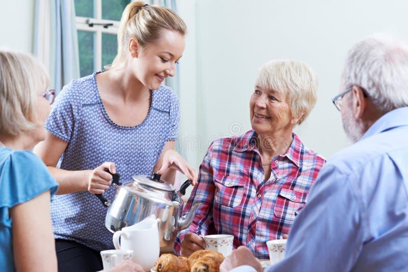 Freiwilliges Helfen am Sozialverein für Senioren lizenzfreie stockbilder