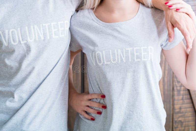 Freiwilliges soziales Bewusstsein des zufälligen Hemdes der Mannfrau stockbild