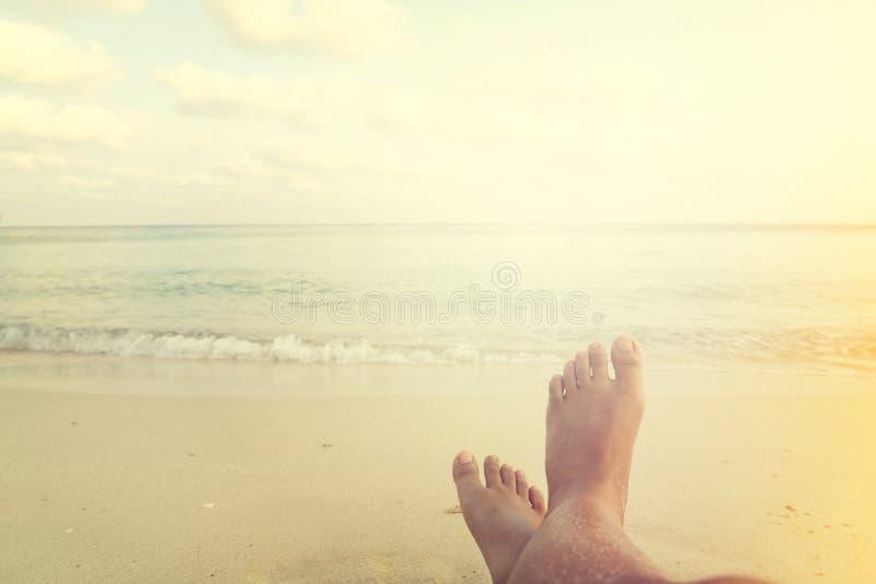Freizeit im Sommer - Schönheitssonnenbräune entspannen sich auf Strand lizenzfreie stockfotos