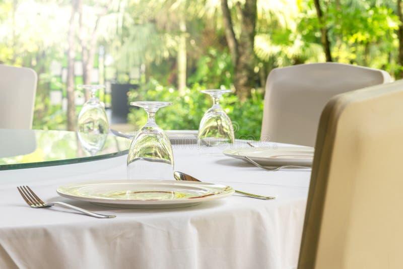 Freizeit-, Reise- und Tourismuskonzept - gediente Tabelle am Freiluftrestaurant auf Strand Gr?ner Hintergrund von Anlagen stockfotografie