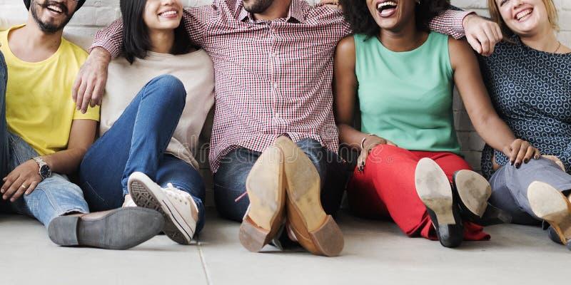 Freizeit-Teamwork-Glück-Hippie-Ethnie-Konzept lizenzfreies stockfoto