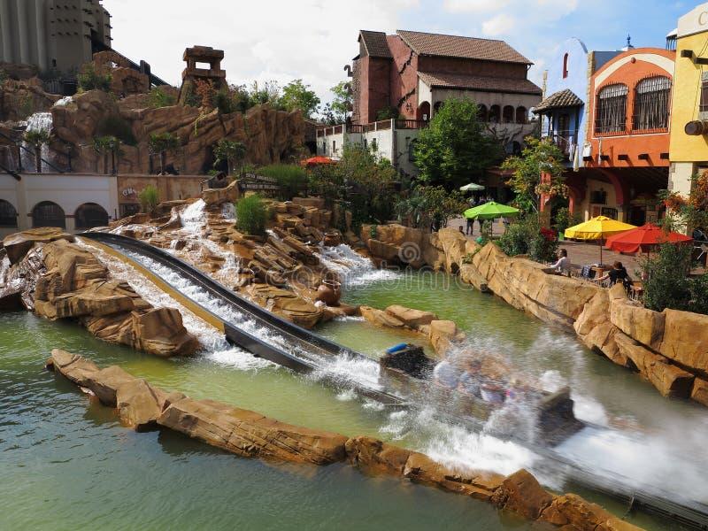 Freizeitparkeindrucksklotz-Wasserrutschespritzen stockfoto