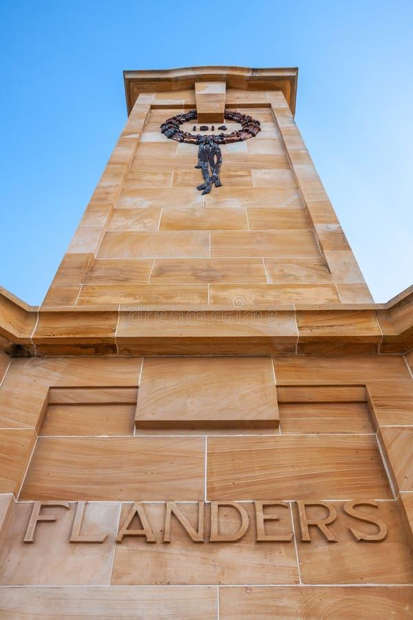 Fremantle, Australien - 25. November 2009: Nahaufnahme von Flandern-Seite des braun-beige Turms am Kriegsdenkmal unter dem Erinne stockbild