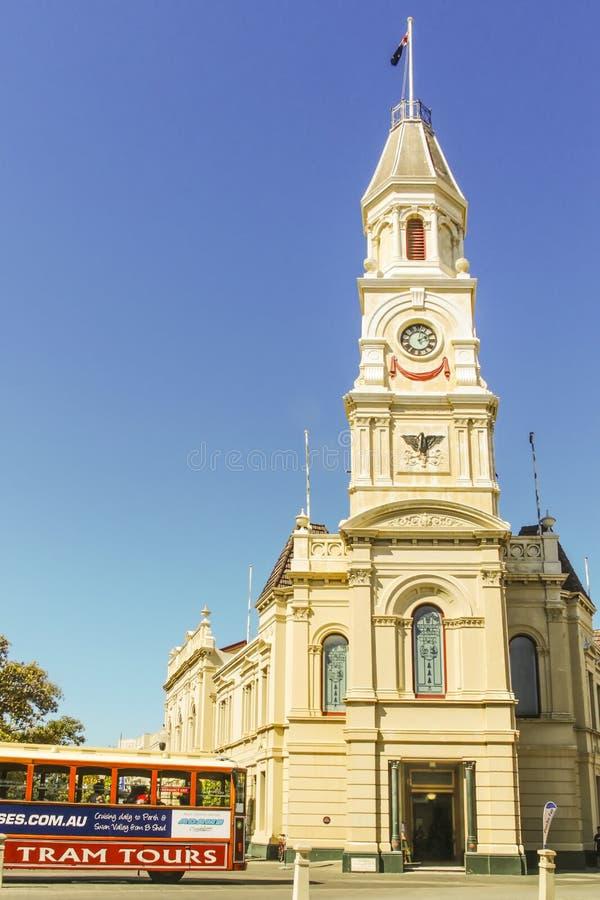 Fremantle, West-Australien - 2011: Eine touristische Tram, die durch FremantleRathaus überschreitet lizenzfreies stockfoto