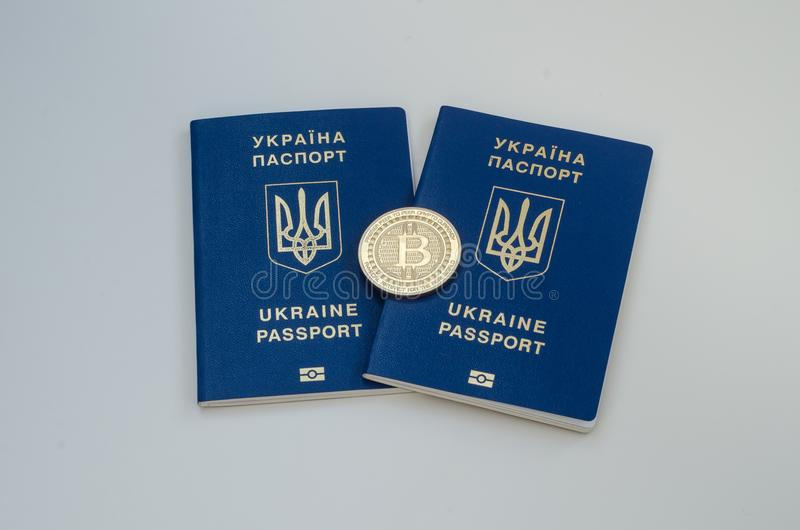 Fremde Pässe des Ukrainers und bitcoin Münze Ukraine- und cryptocurrencykonzept Auf weißem Hintergrund lizenzfreies stockfoto