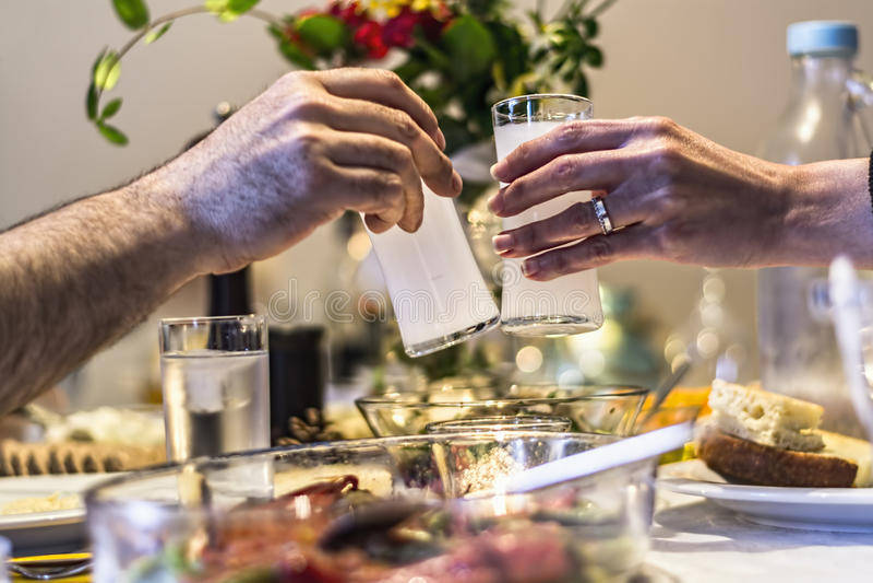 Frends pije Tureckiego Tradycyjnego napój Rak, Ouzo zdjęcia stock