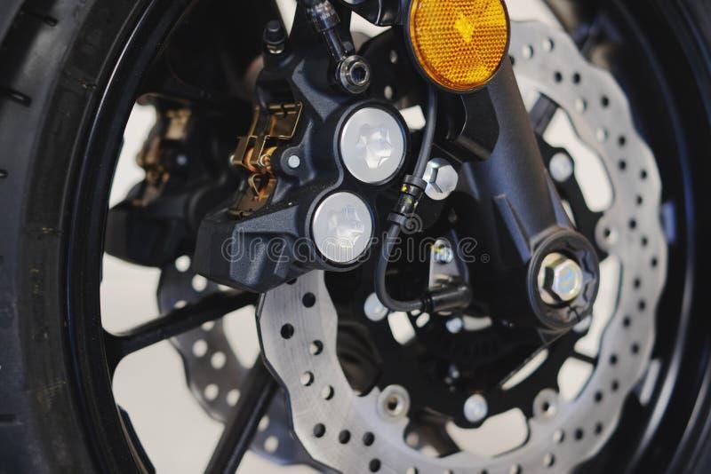 Frene el disco en la rueda delantera de la motocicleta fotografía de archivo