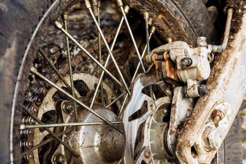 Freni posteriori del disco del primo piano del motociclo fuori strada di enduro immagini stock libere da diritti
