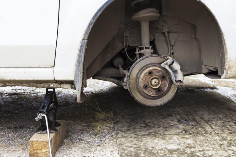 Freno de disco delantero del coche en vías del reemplazo fotos de archivo