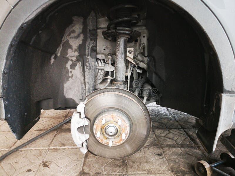Freno de disco en el coche en v?as del nuevo reemplazo del neum?tico El borde se quita que muestra el rotor y el calibrador Cierr fotos de archivo libres de regalías